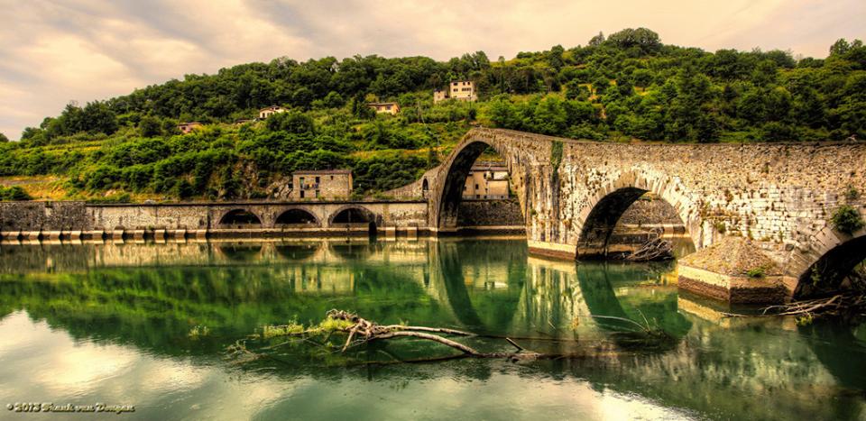Il ponte di Borgo a Mozzano in una fotografia di Frank van Dongen