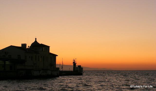 Una veduta di Smirne al tramonto