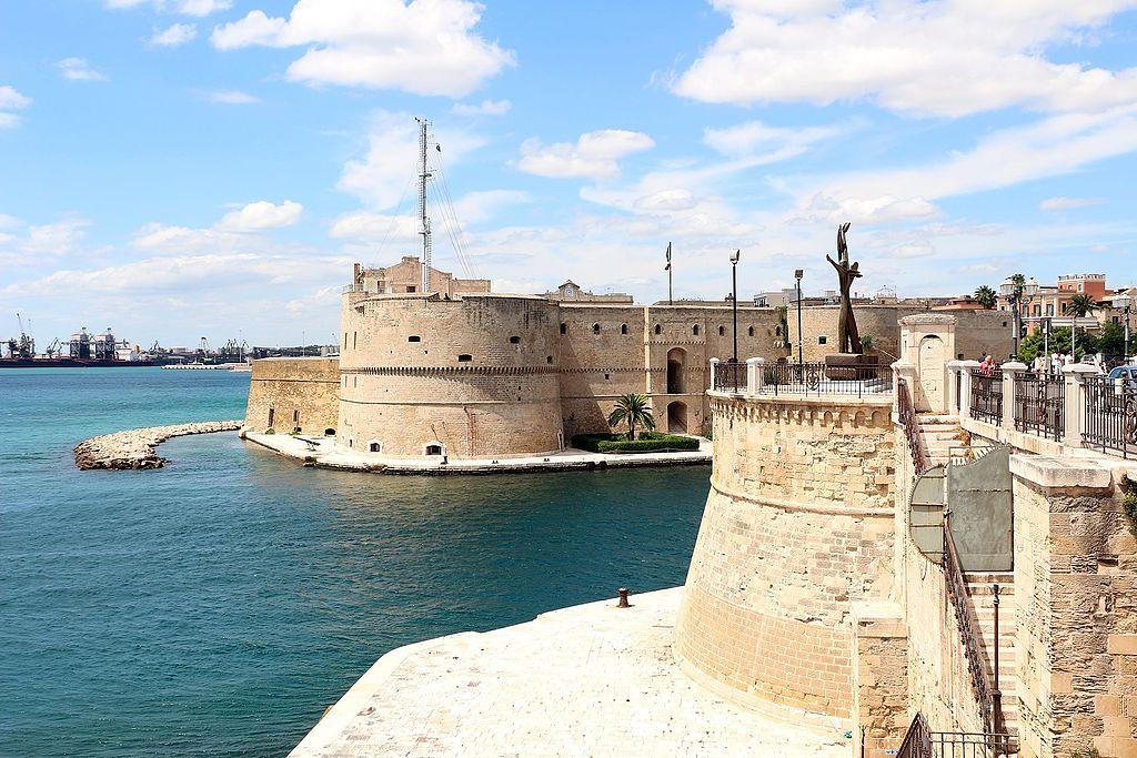 Taranto,_castello_aragonese_visto_dal_lungomare_01